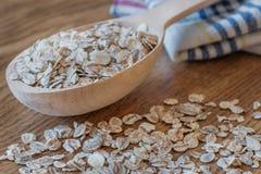 燕麦在木匙子剥落 库存图片
