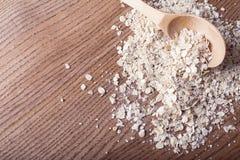 燕麦在木匙子剥落 库存照片