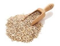 燕麦在木瓢剥落 免版税库存照片