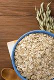燕麦在木头的碗剥落 免版税库存图片