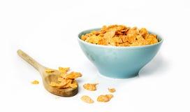 燕麦在碗和木匙子剥落在白色 免版税库存照片