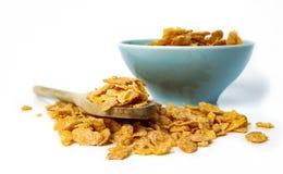燕麦在碗和木匙子剥落在白色 图库摄影