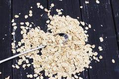 燕麦在金属匙子剥落 库存图片