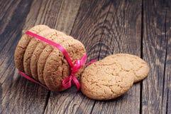 燕麦曲奇饼栓与红色丝带 库存图片