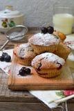 燕麦松饼用在切口木背景的黑醋栗 烘烤自创 健康的食物 免版税图库摄影