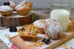 燕麦松饼用在切口木背景的黑醋栗 烘烤自创 健康的食物 库存照片