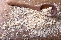 燕麦片堆与木匙子的 图库摄影