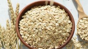 燕麦片或落入碗的燕麦剥落 影视素材