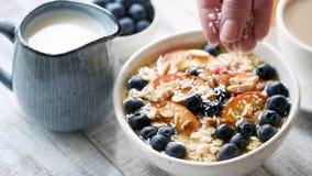 燕麦粥与椰子剥落的早餐粥 股票视频