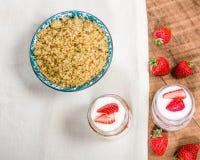 燕麦粥冷甜点用草莓和奶油 免版税库存图片