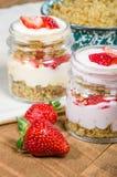 燕麦粥冷甜点用草莓和奶油 免版税库存照片