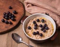 燕麦粥和蓝莓 库存照片
