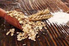 燕麦粥在匙子和整粒面粉剥落 图库摄影