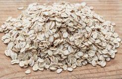 燕麦粥或燕麦在木委员会剥落 格兰诺拉麦片、谷物或者rolle 免版税库存照片