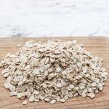 燕麦粥或燕麦在木委员会剥落 格兰诺拉麦片、谷物或者rolle 免版税库存图片