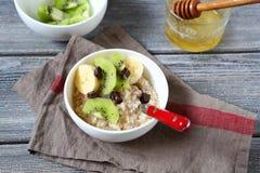 燕麦粥用在碗的果子 库存图片