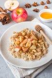 燕麦粥用新鲜的苹果、坚果和桂香早餐在Th 库存图片