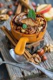 燕麦粥用苹果、香料和蜂蜜 在视图之上 库存照片