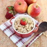 燕麦粥用苹果和草莓 免版税库存图片