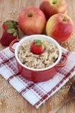 燕麦粥用苹果和草莓 免版税库存照片