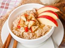 燕麦粥用苹果 免版税库存图片
