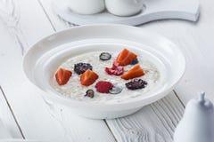 燕麦粥用草莓和莓在碗 库存照片