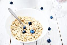 燕麦粥用莓果和蓝莓圆滑的人 免版税库存图片