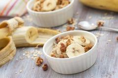 燕麦粥用香蕉、蜂蜜和核桃早餐 免版税图库摄影