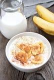 燕麦粥用香蕉和桂香 库存图片