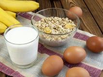 燕麦粥用香蕉和牛奶 免版税库存照片