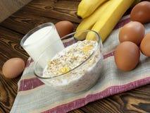燕麦粥用香蕉和牛奶 库存照片