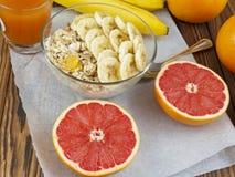 燕麦粥用香蕉和葡萄柚汁 免版税库存照片