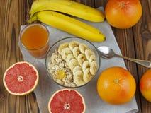 燕麦粥用香蕉和葡萄柚汁 免版税库存图片