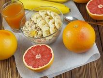 燕麦粥用香蕉和葡萄柚汁 库存图片