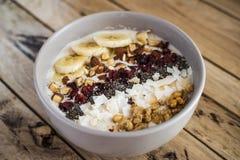 燕麦粥用香蕉,蔓越桔, chia种子,椰子细片, alm 图库摄影