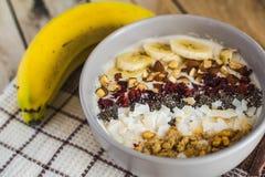 燕麦粥用香蕉,蔓越桔, chia种子,椰子细片, alm 库存图片