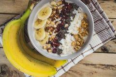 燕麦粥用香蕉,蔓越桔, chia种子,椰子细片, alm 免版税图库摄影