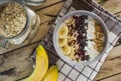 燕麦粥用香蕉,蔓越桔, chia种子,椰子细片, alm 库存照片