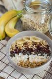 燕麦粥用香蕉,蔓越桔, chia种子,椰子细片, alm 免版税库存照片