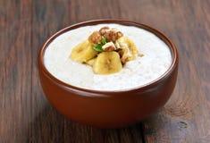 燕麦粥粥用核桃和香蕉 库存图片