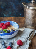 燕麦粥粥用蓝莓和莓 免版税库存照片