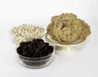 燕麦粥葡萄干曲奇饼和成份 免版税库存照片