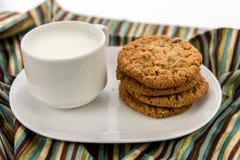 燕麦粥葡萄干曲奇饼和杯子牛奶 图库摄影