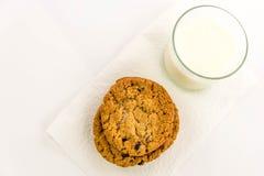 燕麦粥葡萄干曲奇饼和杯牛奶 免版税库存图片