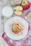 燕麦粥薄煎饼用苹果和蜂蜜 免版税库存照片