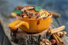 燕麦粥被烘烤的苹果一顿健康早餐 免版税库存图片