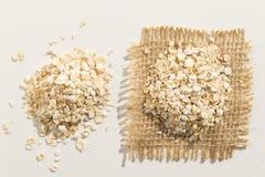 燕麦谷粒 关闭五谷延长白色桌 免版税库存照片