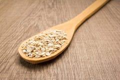 燕麦谷粒 匙子和五谷在木桌 库存照片