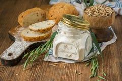 燕麦面粉,五谷燕麦,在木的燕麦面包 库存图片