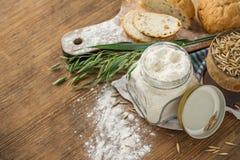 燕麦面粉,五谷燕麦,在木的燕麦面包 免版税库存照片